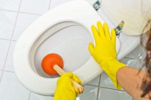 Utiliser la ventouse pour déboucher ses toilettes